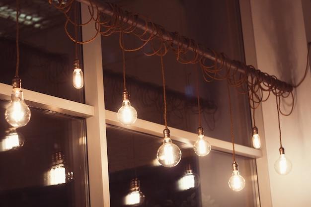 Set van retro lampen in de coffeeshop