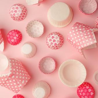 Set van roze polka dot, hart papier cupcaker voering, bakkerij achtergrond