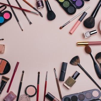 Set van schoonheid cosmetica voor vrouwelijk gezicht en oog make-up op roze achtergrond