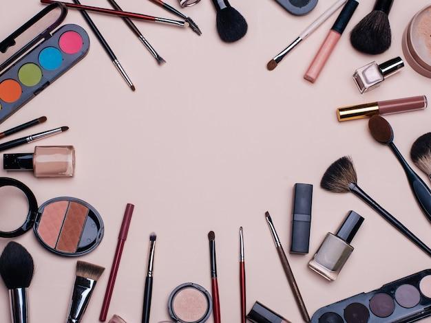 Set van schoonheidscosmetica voor vrouwelijk gezicht en oogmake-up