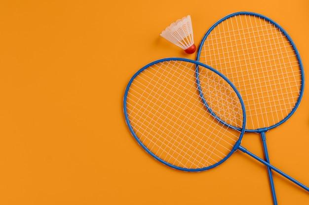 Set van shuttle en twee badmintonrackets
