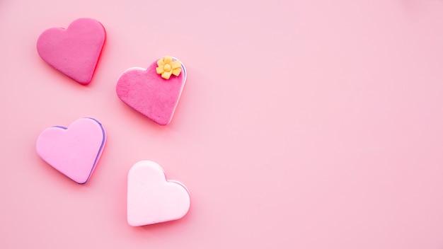 Set van smakelijke verse koekjes in de vorm van harten