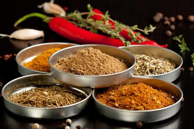 Set van specerijen en chilipepers