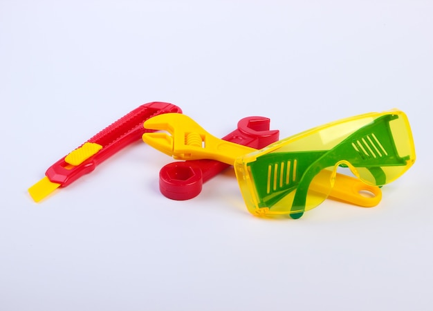 Set van speelgoed werkgereedschap voor kinderen op een wit