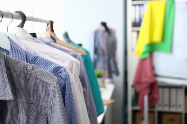 Set van stijlvolle modieuze kleding in de studio