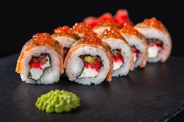 Set van sushi rolt op zwarte achtergrond