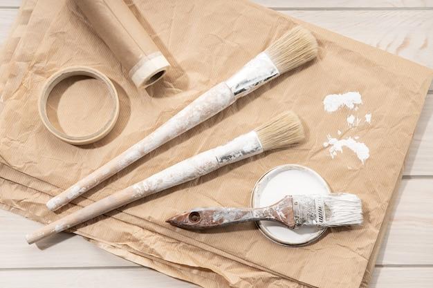 Set van tekengereedschappen borstels, plakband, papier. diy home improvement paint. bovenaanzicht