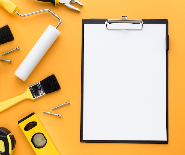 Set van tools en lege klembord met kopie ruimte