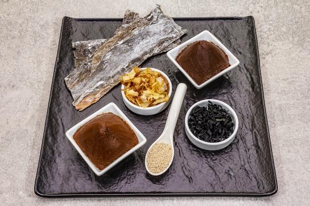Set van traditionele japanse ingrediënt voor het koken van basis dashi bouillon