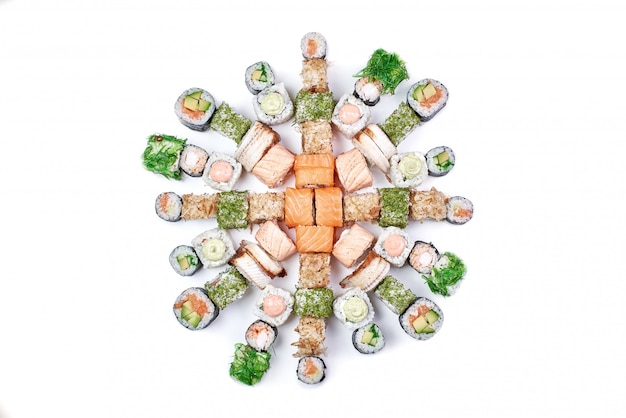 Set van traditionele japanse sushi roll geïsoleerd op wit