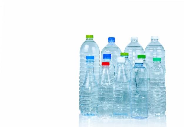 Set van transparante plastic fles water geïsoleerd met blanco label. helder water en natuurlijke minerale fles met gesloten dop. gezond drankje. collectie plastic fles.