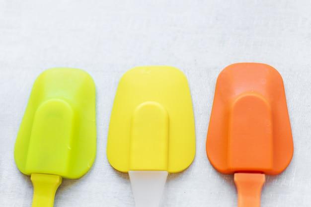 Set van veelkleurige siliconen spatels, keukengereedschap. zoet gebak, recepten, koken