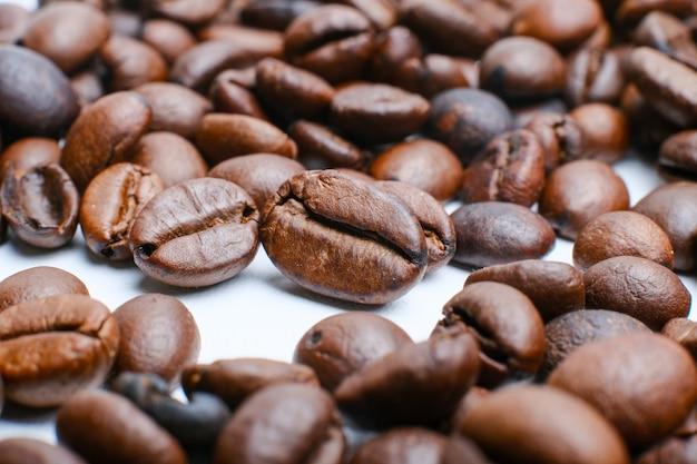 Set van vers gebrande koffiebonen geïsoleerd op een witte achtergrond Premium Foto
