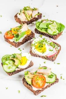 Set van verschillende deense open broodjes smorrebrod met vis, ei en verse groenten