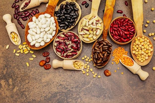 Set van verschillende droge peulvruchten in houten lepels