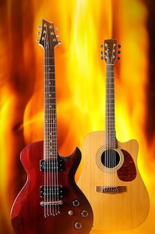 Set van verschillende gitaren op de achtergrond van een vuurvlam