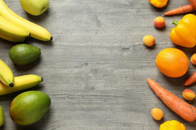 Set van verschillende groenten en fruit op grijze gestructureerde achtergrond