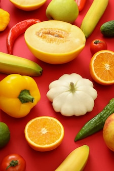 Set van verschillende groenten en fruit op rode achtergrond