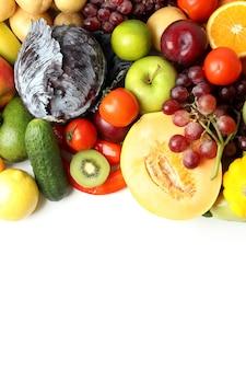 Set van verschillende groenten en fruit op witte achtergrond
