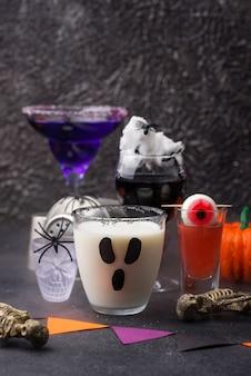Set van verschillende halloween-drankjes. enge cocktails voor feest
