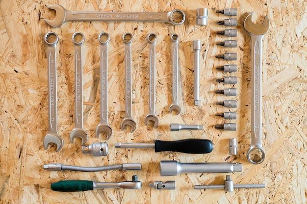 Set van verschillende handgereedschappen voor reparatie of automonteursgereedschap. reparatie tool kit. apparatuur voor de bouw. houten achtergrond, patroon, bovenaanzicht