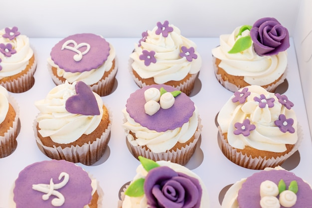 Set van verschillende heerlijke cupcakes in een kartonnen doos voor een feest