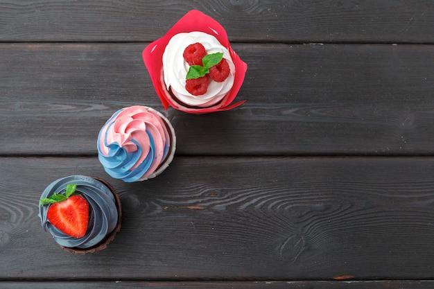 Set van verschillende heerlijke cupcakes op donker