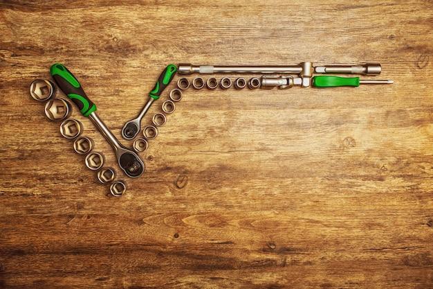 Set van verschillende instrumenten op houten tafel