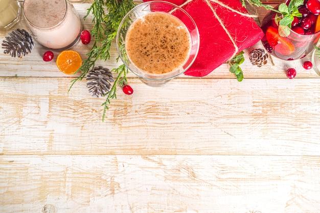 Set van verschillende kerstdrankjes in gezellig houten huis met kerstdecor