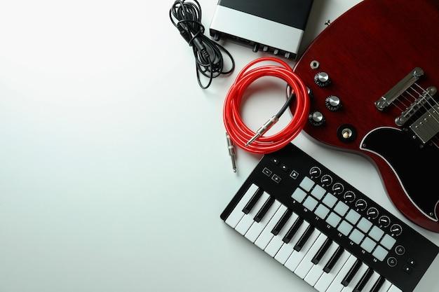 Set van verschillende muziekinstrumenten op witte achtergrond.