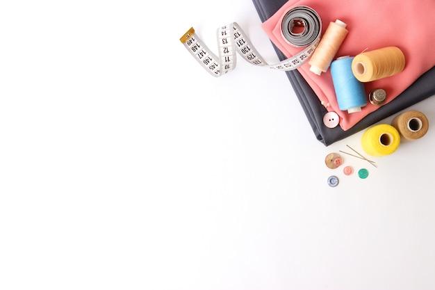 Set van verschillende naaiaccessoires op een witte achtergrond close-up