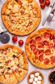 Set van verschillende pizza's - pepperoni, vegetarisch, kip met groenten