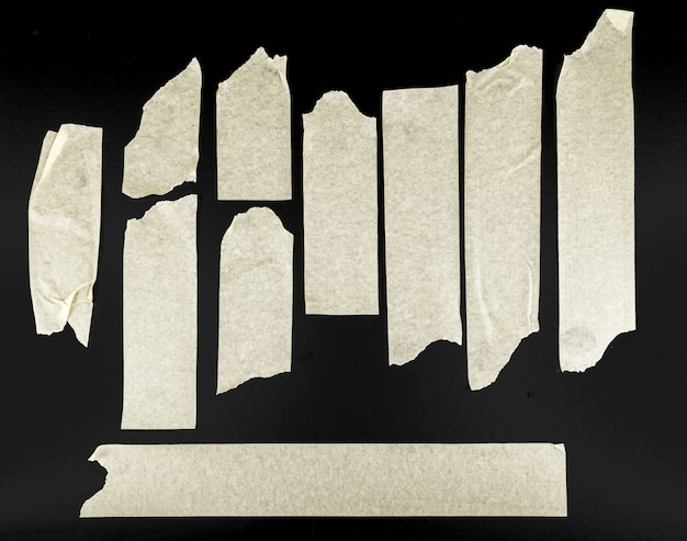 Set van verschillende plakband stukken op zwart