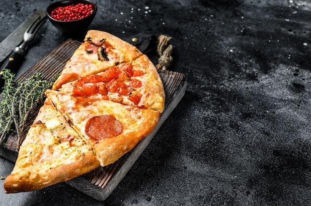 Set van verschillende plakjes pizza. zwarte achtergrond. bovenaanzicht. kopieer ruimte.