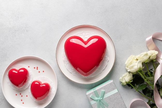 Set van verschillende rood hart cakes, roze bloemen, geschenkdoos