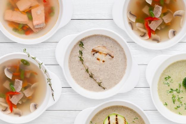 Set van verschillende smakelijke soepen op houten tafel Premium Foto