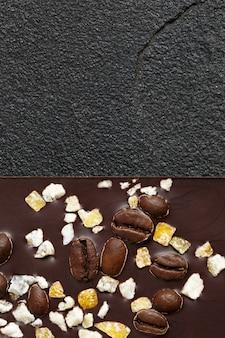 Set van verschillende soorten chocolade op donkere steen