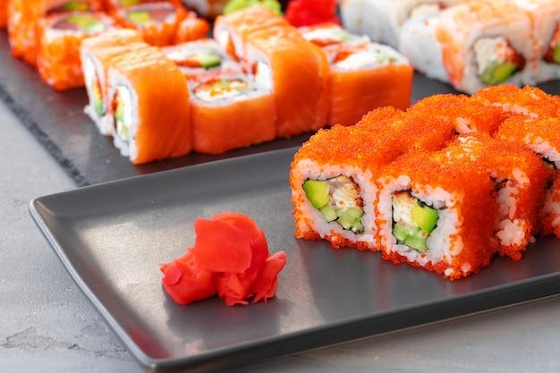 Set van verschillende sushibroodjes geserveerd op grijze close-up