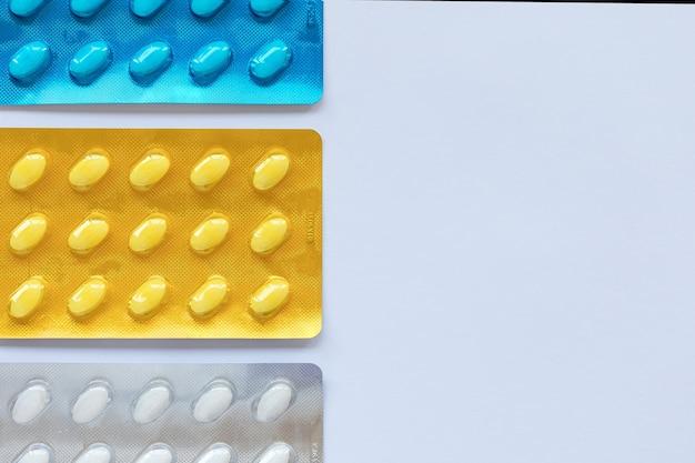 Set van verschillende tabletten in kleurrijke blisterverpakking