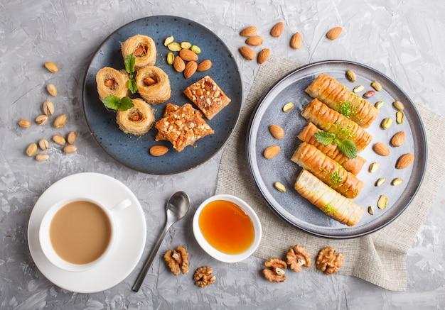 Set van verschillende traditionele arabische zoetigheden: baklava, kunafa, basbus in keramische platen