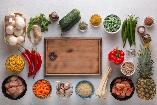 Set van verschillende voedingsproducten voor oosterse gerechten dit zijn groenten, vlees, zeevruchten en fruit