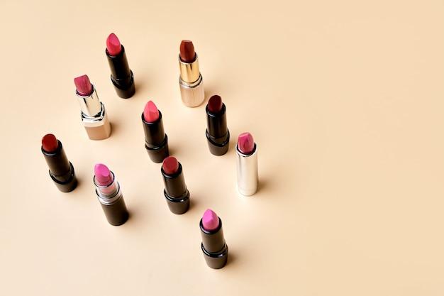 Set van verschillende vormen en kleuren lippenstiften zijn verspreid