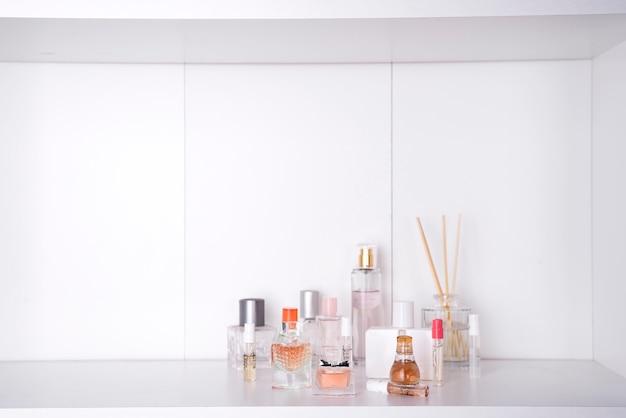Set van verschillende vrouw parfums geïsoleerd
