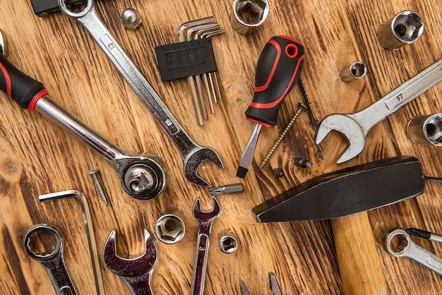 Set van verschillende werkinstrumenten op houten