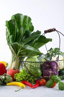 Set van verse groenten op een witte achtergrond. paksoi peper kool greens artisjok courgette komkommer tomaat knoflook