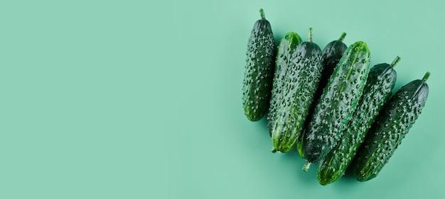 Set van verse hele komkommers geïsoleerd op een groene achtergrond, uitknippad. tuin komkommer behang achtergrond ontwerp