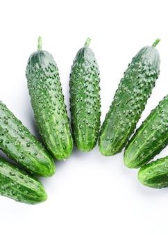 Set van verse hele komkommers op witte achtergrond, voedselpatroon. tuin komkommer behang achtergrond ontwerp
