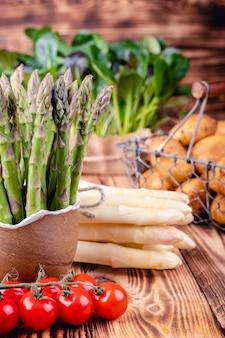 Set van verse producten voor gezonde voeding op houten tafel op een rustieke houten achtergrond. selectieve aandacht