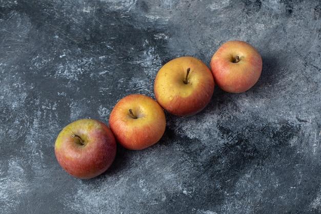 Set van verse rode gele appel op marmeren achtergrond. Gratis Foto