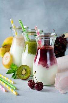Set van verse smoothies. banaan, kersen, kiwi en spinazie voor gezond eten, detox, dieetvoeding